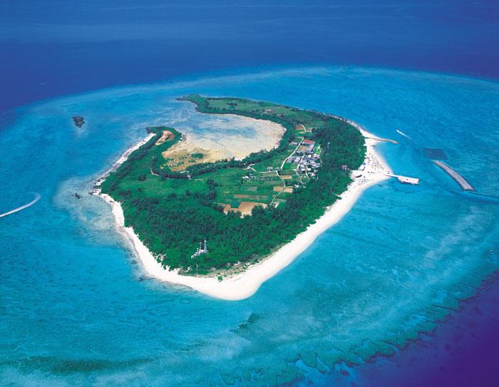 水納島の空撮 クロワッサンアイランドともいわれる